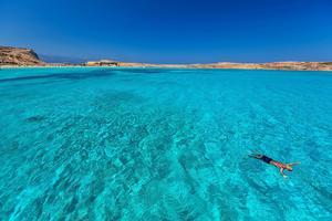 Koufonissi är en många grekiska öar som omgärdas med turkosblått vatten.    Foto: Antonis Lemonakis/Shutterstock.com
