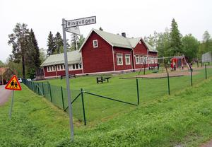 Idkerbergets skola. S-ordförande Kenneth Persson vill se en process kring frågan och skjuta på beslutet om skolans framtid.