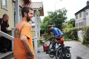 Lucas och Matthieu De Mot förbreder sin fortsatta resa medan deras tillfälliga värd Ville Spångberg väntar på trappen.