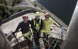 Hantverkarna Mattias Norell och Robert Sjöblom på varsin sida av Värmevärdens drifts- och underhållstekniker Lars Göran Mood.