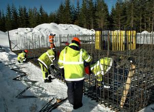 STORT JOBB. Att montera armeringsjärnet i ett fundament är ett omfattande arbete. Just vid det här verket, nummer 10, ska fundamentet stå i marknivå och inte grävas ned i marken. I varje fundament monteras mellan 70 och 75 ton armeringsjärn.