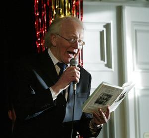 Vår egen Thore. Sångaren och låtskrivaren Thore Skogman från Hallstahammar underhåller när utmärkelsen Årets Mistel delas ut på Stadshotellet i december 2003.