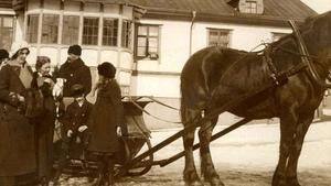 Här har häst och vagn stannat utanför konditoriet.