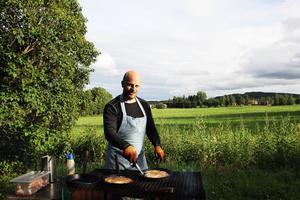 Lars Modig vid grillen med sina kolbullar.
