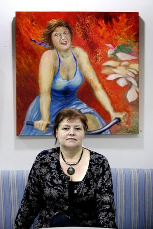 På Galleri-ett.  Lisa Carlén och ett av hennes nu aktuella verk i utställningen i Hofors.