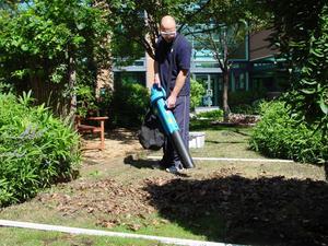 """Fullt blås i trädgården. """"Om du har en stor trädgård kan en lövblås vara ett alternativ. Men har du en vanlig villaträdgård skulle jag föreslå en gammal hederlig kratta i stället"""", säger Phil Rhodes, testledare på Intertek."""