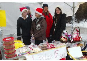 Från vänster Fanny Sundström, Sara Bergdahl, Chrissi Larsen, Johann Björnfot och Elsa Serrano-Karlsson som hoppades sälja mycket för att få in pengar till det nystartade damlaget i fotboll i Ljustorp.