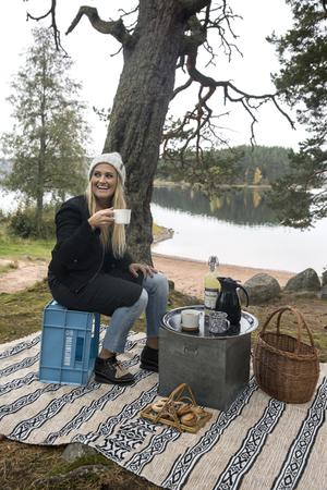 Dagens fikaplats och trädgård är en av Marias favoritplaster på jorden. Hemmastranden Tasbäck i Siljansnäs. Brickan kommer från Ylva Skarp i Hjortnäs.
