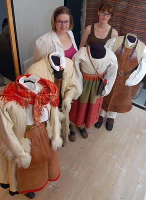I en ny monter på Textilkammaren visas fyra dockor med vinter och sommar plagg. Här visar Sara Sjöberg och Emma Frost hur dockorna är uppklädda.