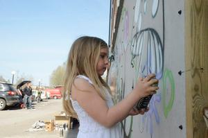 Yngsta målaren på plats är Kajsa Thorn, sex år, som gillar att måla.