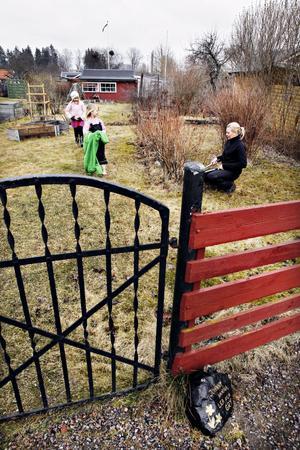 Trädgården börjar vakna. Hanna Frost tar varje chans att vara i sin kolonistuga i Gävle fast hon flyttat till Järvsö. Här med barnen Lea och Gry.