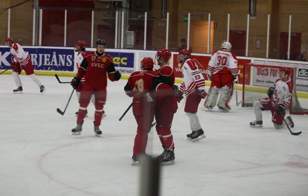 Jubel efter en segermatch förra säsongen. Nu blir det betydligt tuffare för Sveg men tränaren Jörgen Paalanen är hoppfull om en plats i Alltvåan dit de fem bästa lagen i grundserien går.