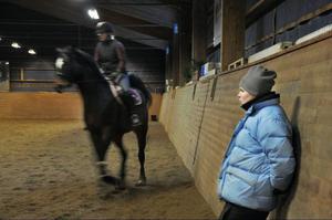Anneli Elofsson från Östersund-Frösö ridklubb instruerar Ulrika Dahlberg hur hon ska hålla ben och armar för att hästen ska göra som hon vill.
