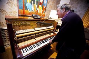 Mitt under förberedelserna dyker Bobbie Wahlberg upp. Han är pianostämmare och ska se till att pianot är stämt när 50 Cent kommer.