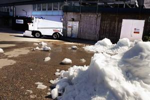 Här i två vita högar tippas snön som samlats upp från isen.