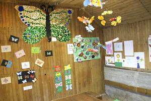 I ett av uthusen i Tallbo har Gullhedskolan årskurs ett till fem en utställning med temat fjärilar.