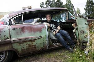 Emil Wexell från Bollnäs åker gärna med och hjälper till att skruva på Micke Edholms cadillac -58.