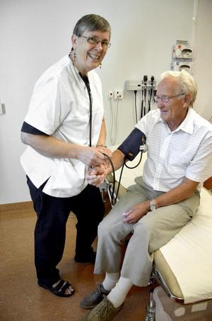 Bra tryck. Harry Johansson var en av de patienter som tittade in till Ruth Wistrand under hennes sista riktiga arbetsdag i går. Bild: ÅSA ERIKSSON