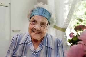 """NÖJD MED LIVET. Inga Persson i Årsunda fyller 100 år i dag. """"Du ska gå upp på morgonen, ta dan som den kommer, och så sover du ordentligt på natten och sen tar du nästa dag"""", är hennes kloka livsråd."""