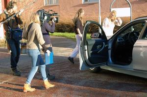 Ett TV-team följde varje steg Anna Liljeberg tog med Magdalena Graf. Här ska Magdalena och Anna kolla in vad som döljer sig under locket till motorhuven. Jodå där låg en miljonvinst.