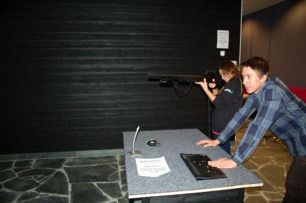 I skyttesimulatorn kan man skjuta björn bland annat.Foto: Carin Selldén
