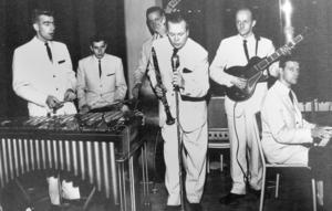 Kjell har även hållit takten in Elver Ohlanders orkester. På bilden från 1959 syns fr v Elver Ohlander, Kjell Hägglund, Gunnar Dahlstedt,