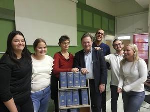 Fanny Hylenius, Karin Persson, Carina Östlin, Julius Hägg, Albin Bladh och Klara Fock samlade runt advokat Claes Borgström