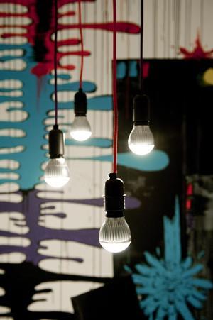 Det här snygga arrangemanget av ledlampor med olika färg på sladdarna har Niklas och Louise skapat själva. Det hänger på Niklas kontor.