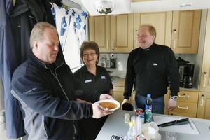 Inga-Lill bjöd alla besökare på tacosoppa. Bredvid henne står Roger Mossberg och Jörgen Spring.