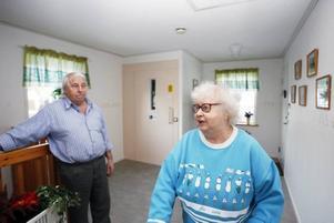 Maj-Britt Jansson och Harry Widh kan använda hissen igen. Fastighetsägaren fick på måndagen dispens till den 4 februari. Under tiden ska man installera en direktkopplad larmtelefon.