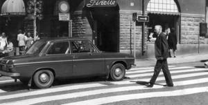 1974. En Audi 60L glider fram längs Prästgatan.