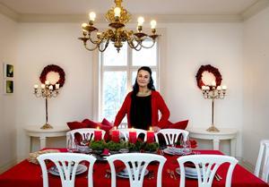 Matsalsbordet är färdigdukat för julmiddagen. Takkronan köpte Åsa för ett par år sedan på loppis.