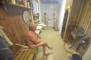 Mellanlandning. En dusch och lite svalka ingår i bastubadet.