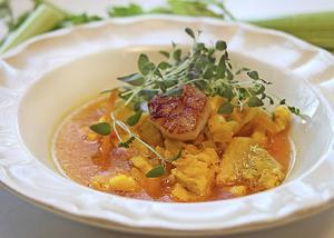 Saffranskryddad fisk- och skaldjurssoppa doftar gott och smakar snudd på ännu bättre.
