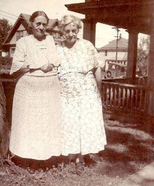 Från vänster ses Lovisa Molander-Engström och Elisabeth Molander-Andersson. Kortet taget i Duluth hos Elisabeth 1936.                                        Foto: Fotograf okänd