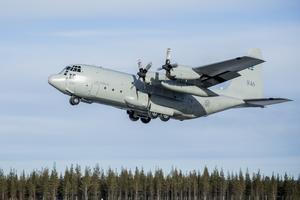 Ett Herculesplan kom till flygplatsen i Sveg för att hämta en kraschad helikopter.