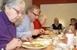 Förhoppningen är att SPF:s undersökning av länets matlådor till äldre kan leda till förbättringar. Här proväter Inga-Lisa Skirling, Hans Nilsson och Lisbeth Nylin. Vid bordets kortända sitter Lennart Nordin och Annika Winqvist.