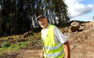 Mårten Karlsson, bybo i Norr Amsberg, är ute och tittar på vägbygget. Samfälligheten har en gång- och ridväg där och för att komma dit blir det en vägtunnel under vägen. Foto: Johnny Fredborg