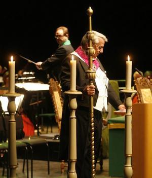 Ceremonier och ritualer är en viktig del av ordenssällskapets möten. Härold Lars Skjutare inledde            jubileumsfesten med att slå med staven i golvet och hälsa välkommen. Därefter följde en fanfar och sedan fick styrelse och delegater tåga in på scen.