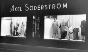 Söderströms:       Axel Söderström övertog 1921 Edvard Solbergs syateljé & manufakturaffär på Sveagatan 5 och utvecklade rörelsen till Borlänges ledande manufaktur- & damekiperingsaffär. Huset, som byggdes 1893 av byggmästare E A Lindblom för hustruns, Emma Lindblom, kapp- & barnbeklädnadsaffär, finns ännu kvar och rymmer i dag HSB:s kontor.