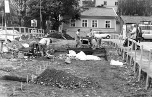 3 juni 1987. Arkeologerna har ofta intresserad publik. Just här gräver man runt en spis som förmodligen är från 1400-talet.