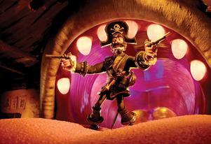 Piraten Svarte Sam gör grandios entré, ur gapet på sin tama val.Foto: Sony
