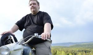 Yngst bland veteranerna. Fredrik Isaksson, 32 år, älskar maskinerna som är nästan dubbelt så gamla som han själv.