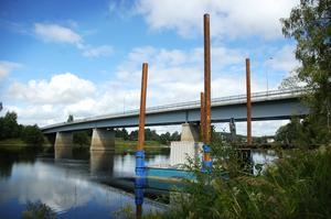 Tät låda. Balkarna som sticker upp intill bron är del av en tät låda som används till materialet för pågjutningen. Foto:Mikaela Larm