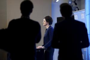 Moderaternas partiledare Anna Kinberg Batra talar under en pressträff i Moderaternas partikansli i Stockholm. Moderaterna öppnar för att fälla regeringen redan i höst om Sverigedemokraterna stödjer en gemensam alliansbudget. C och L sade dock snabbt nej till utspelet.