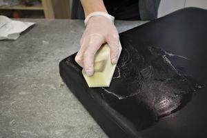 Massera in så att det löddrar och torka sedan rent med mjuk trasa.