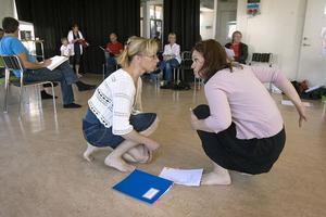 Charlotta Carlsson och Cia Olsson inbegripna i diskussioner, under teaterrepetitionen.