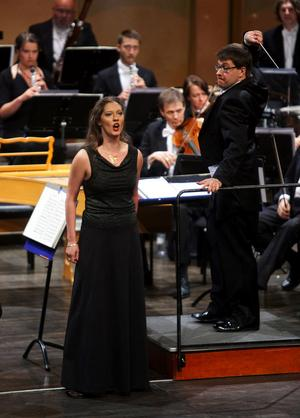 Födelsedagsöverraskningen: en violinist (Susanne Francett) visar sig vara en driven koloratursopran.
