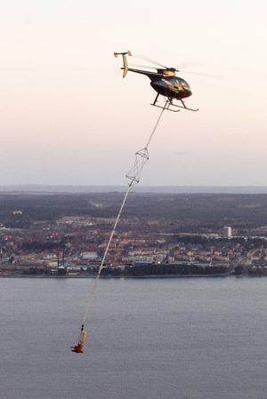 Företaget Storm Heliworks, med säte på Frösön, har ett antal helikoptrar med speciella skördaraggregat för att röja storfälld skog som ligger över ledningar.