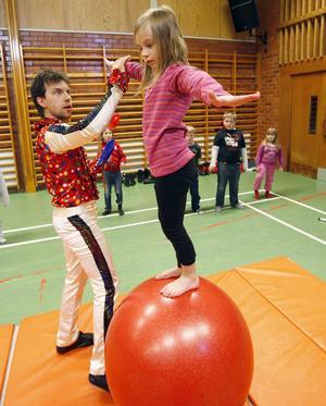 Jenny Nilsson visade sig vara en riktig balanskonstnär och stod länge och balanserade på bollen.
